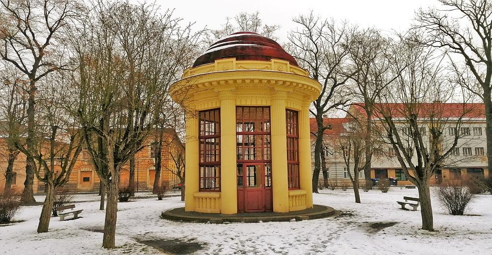 Po vzniku Československa v mírových dobách fungoval pomník rakouským granátníkům v Terezíně i jako hudební altán