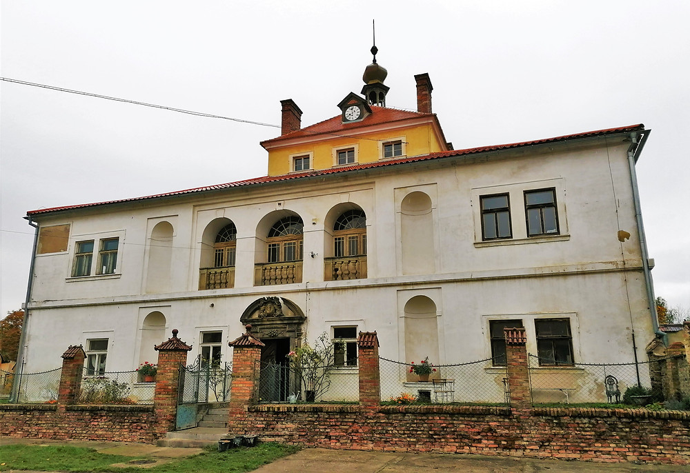 Zámek Pátek nabízí prohlídky, které seznamují s historii obce