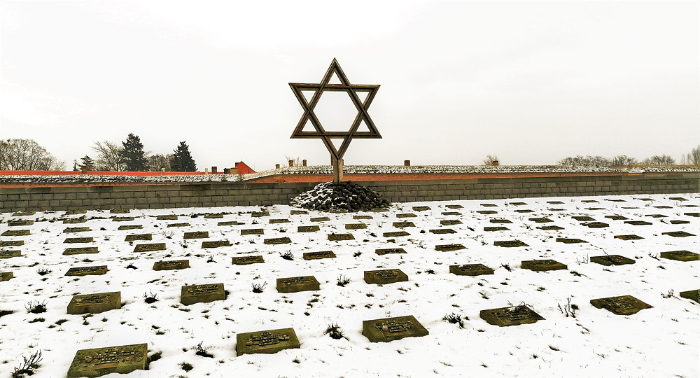Národnímu hřbitovu v Terezíně dominuje na jedné straně židovská hvězda, na druhé pak najdeme velký dřevěný křesťanský kříž