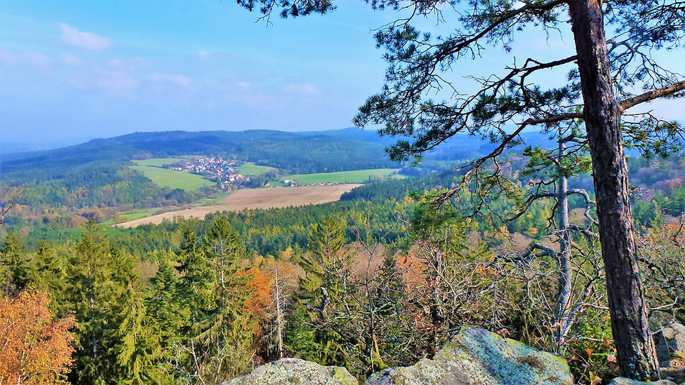 Pohled z vrcholové hradby hradiště Žďár
