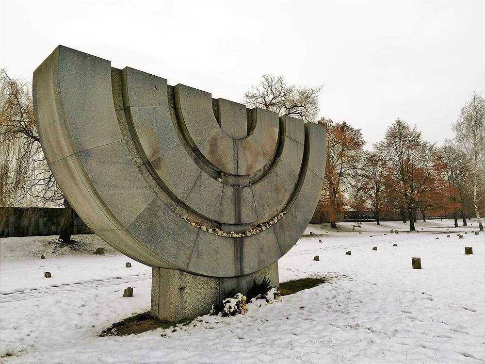 Žulový sedmiramenný svícen je hlavním pietním předmětem na židovském hřbitově Terezín