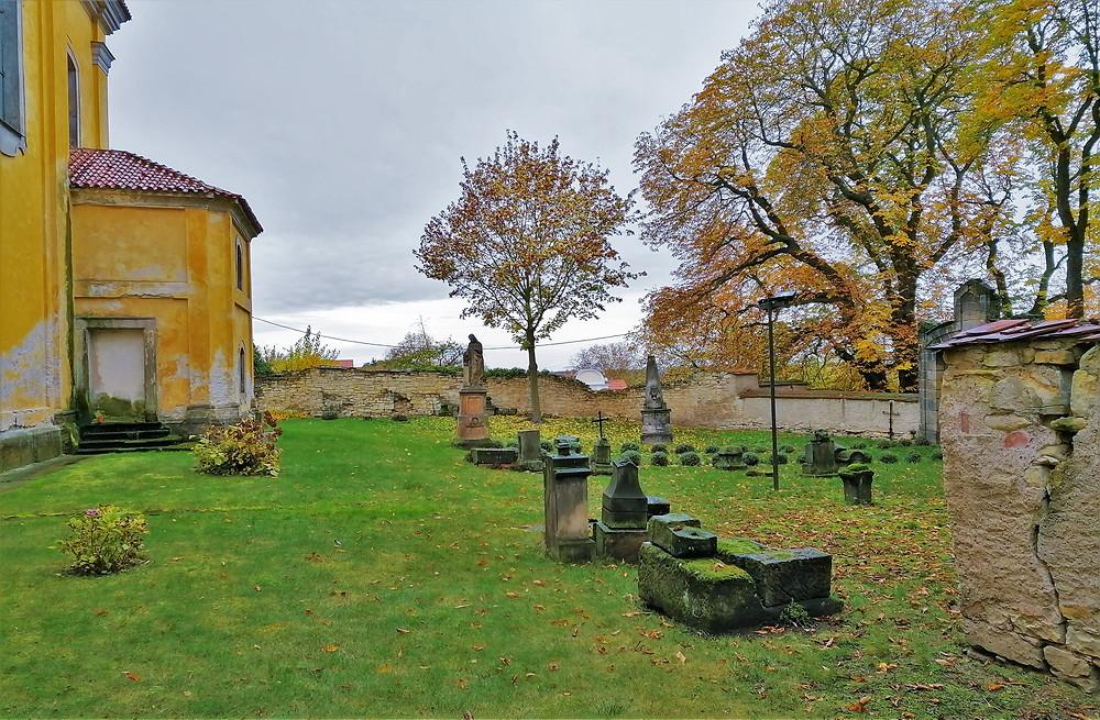 Starý hřbitov, který najdeme na severní straně kostela svatých Petra a Pavla v Peruci