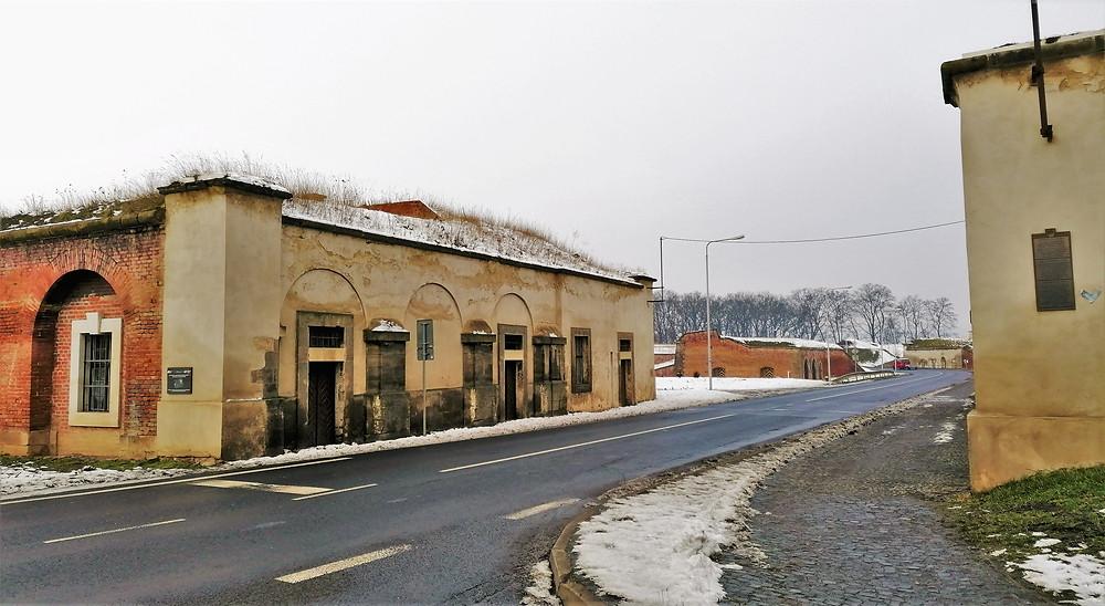 Místo, kde stávala mezi lety 1782-1898 Litoměřická brána; nakonec ale musela brána ustoupit narůstající dopravě