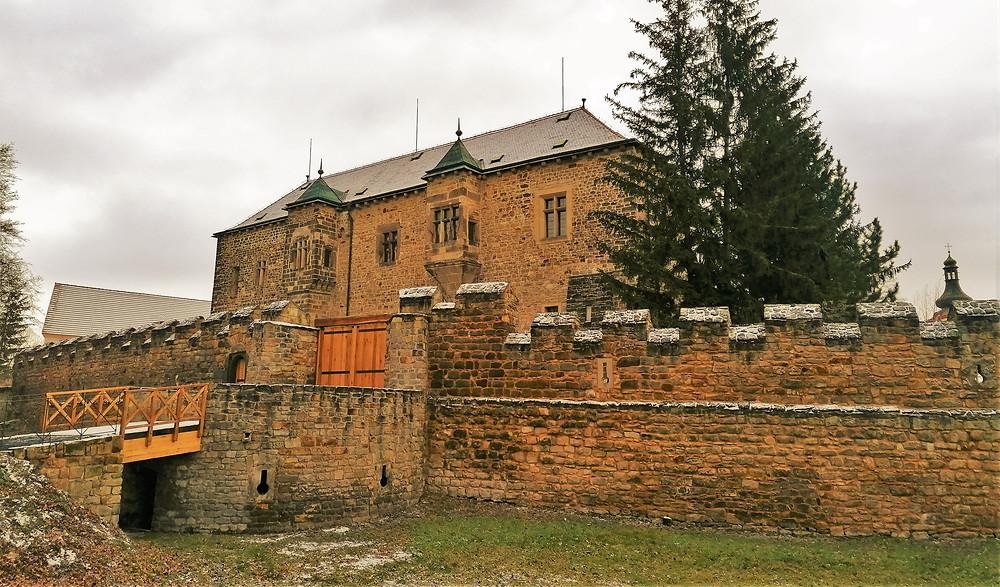 Městské hradby u vodního hradu v Budyni nad Ohří