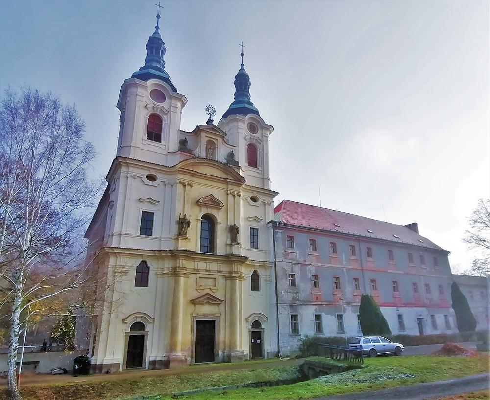 Poutní kostel Nanebevzetí Panny Marie se stavebně přimknutým klášterem Ročov