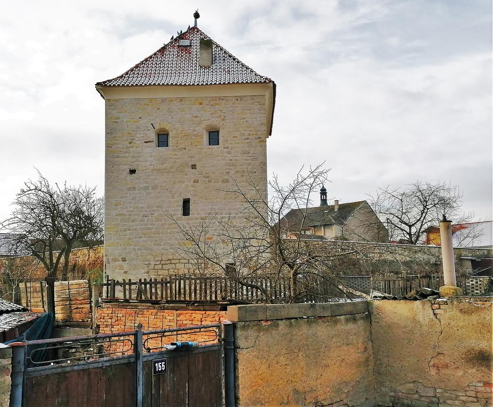 Věž je nejzachovalejší částí městského opevnění, které bylo v Budyni nad  Ohří budováno v průběhu 14. a 15. století