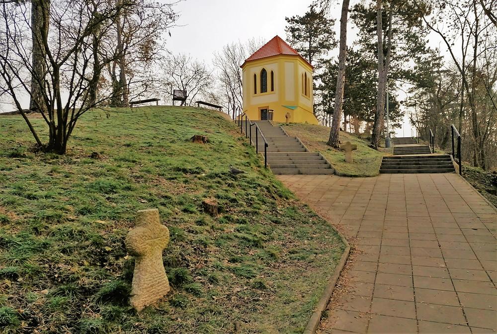 Křížová cesta v Modřanech je vybudována ve stylu smírčích kamenů