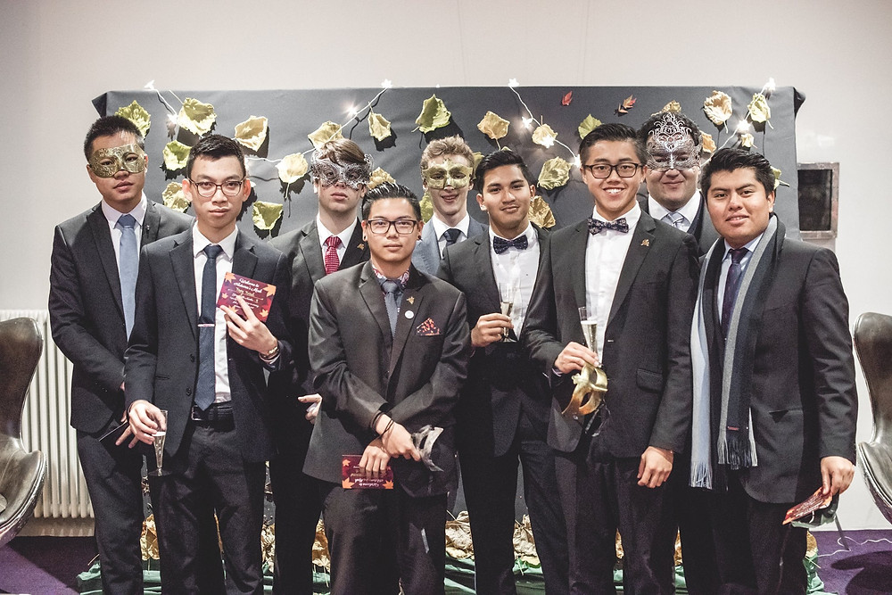 Hotel Institute Montreux: students at a gala dinner