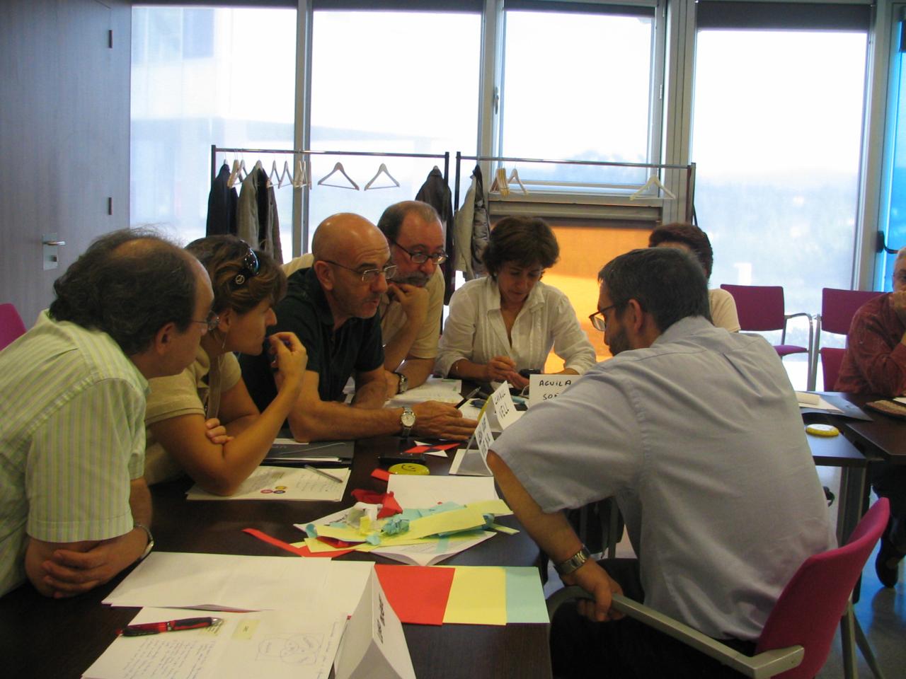 Un grupo de alumnos debatiendo sus próximos pasos