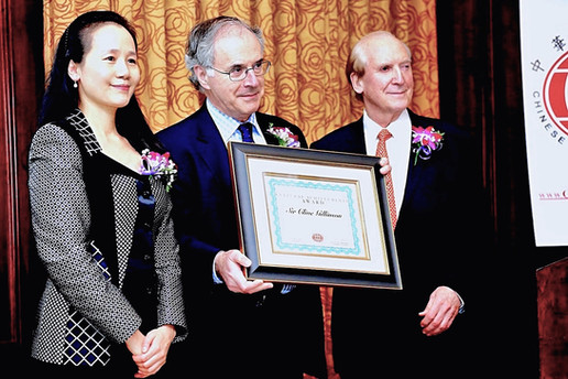 Sir Clive Gillinson, Executive and Artistic Director of Carnegie Hall receiving Chinese Cultural Foundation's Ciultural Achievement Award.
