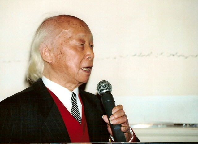 Chen Chi at Bank of China Exhibition, 2003