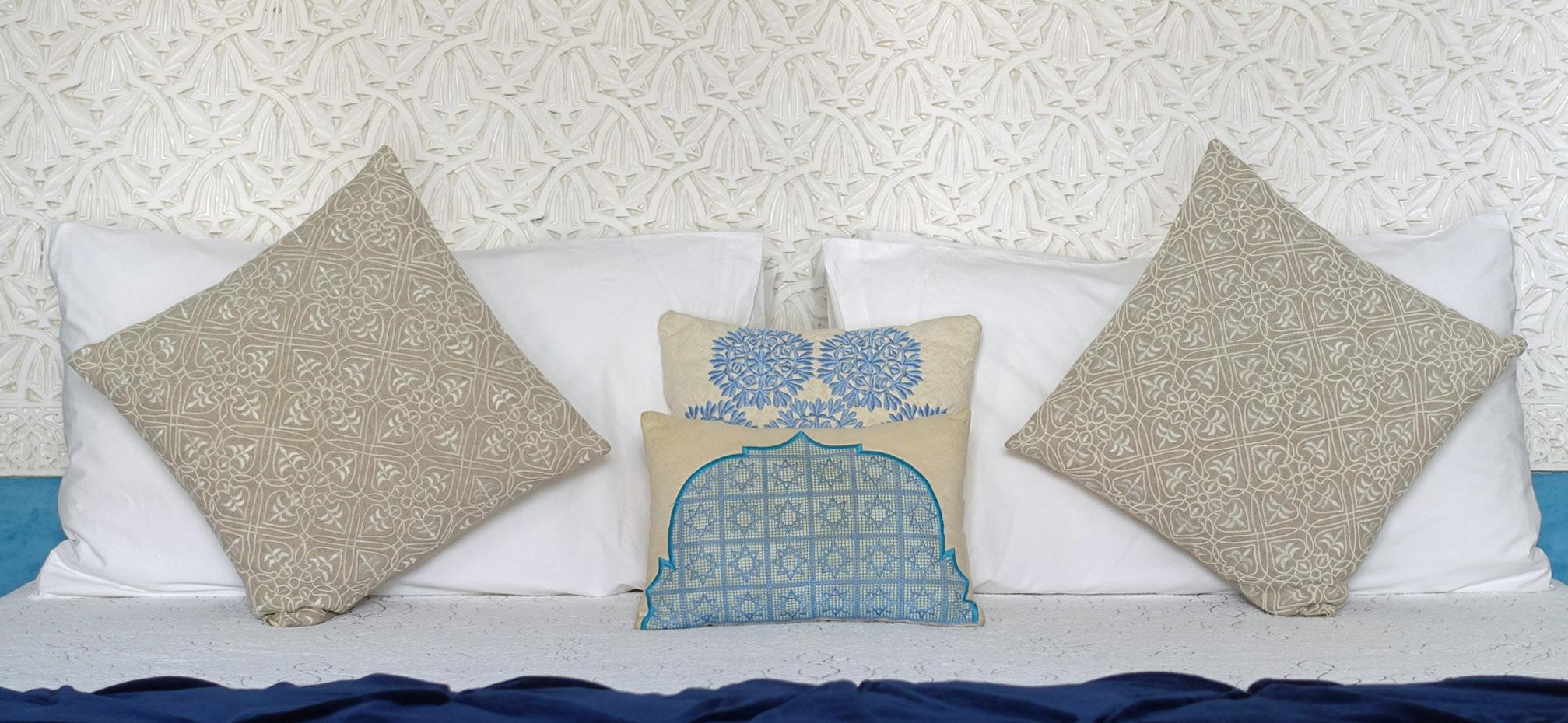 1b Azrak Pillows