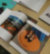 w foto del libro en stand.jpg
