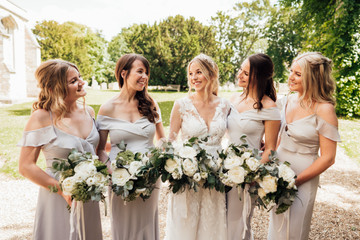 loose and natural brides and bridesmaids bouquets