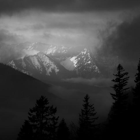 Berge im Nebel schwarz weiß