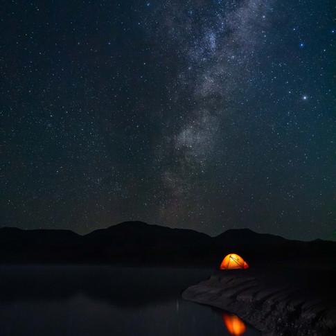 Zelt am See unter der Milchstraße in Neu