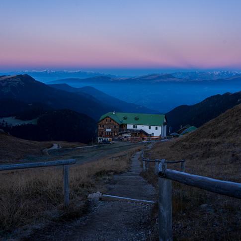 Berghütte bei Morgendämmerung