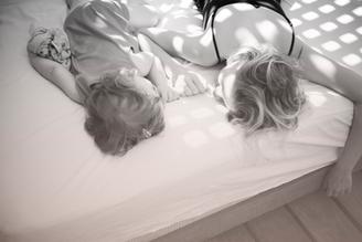 子どもの寝かしつけで親が睡眠問題を抱える?