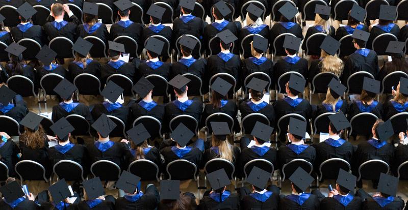 Zahlreiche Studenten verfolgen ihre Abschlussfeier