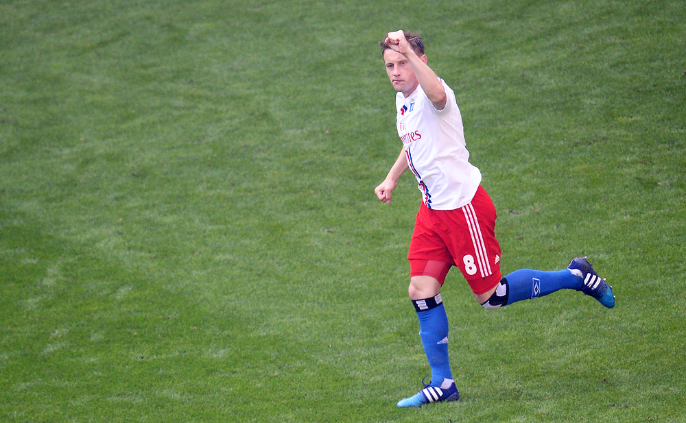 Hamburgs Ivica Olic jubelt nach seinem Treffer zum 1:0