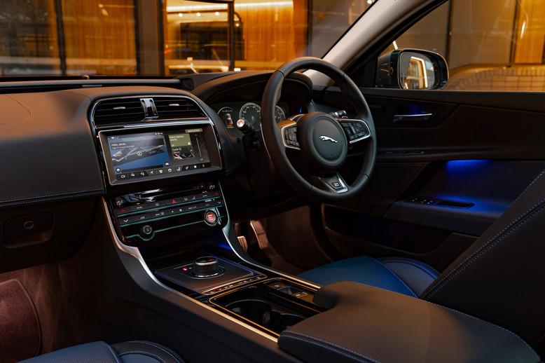 Jaguar XE 30t MY2019 00006.jpg
