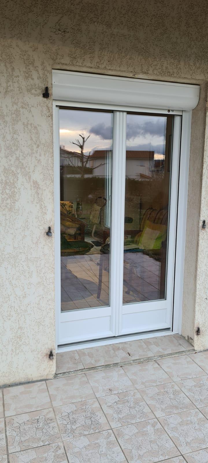 Porte fenêtre PVC blanc avec volet roulant électrique