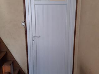 Pose en applique d'une porte d'entrée en PVC blanc