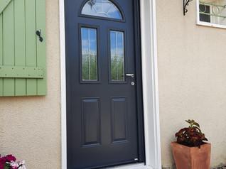 Pose d'une porte d'entrée en PVC