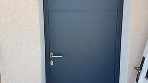 Porte d'entrée, volets roulants solaires, fenêtre PVC anthracite