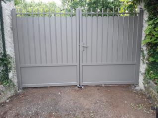 Pose d'un portail en aluminium