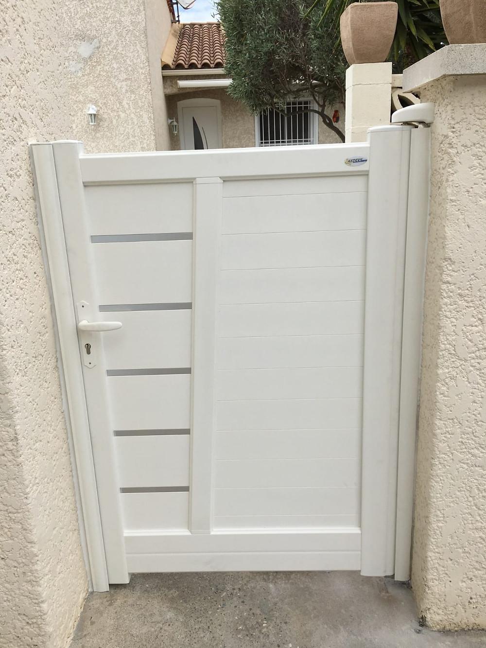 Pose d'un portillon en aluminium blanc