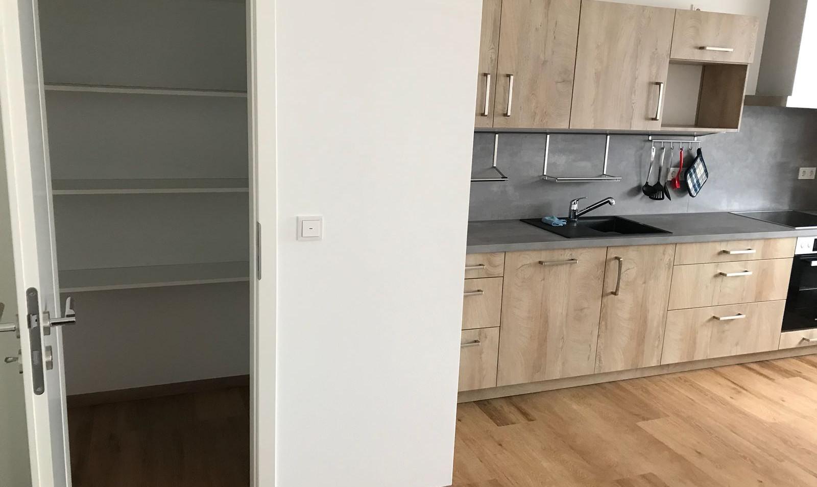 Küche_und_Vorratskamer_Wohnung_1.jpg
