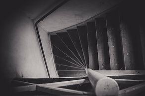 sliten trappa i övergivet hus