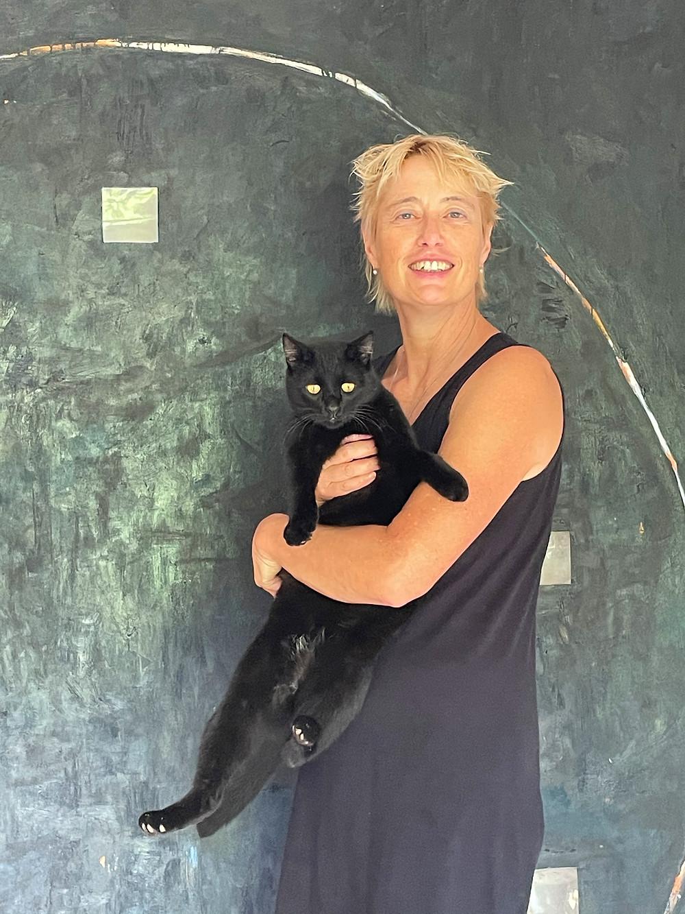 Katharina Razumovsky et son chat noir