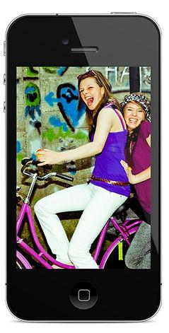自転車の女の子を持つスマートフォン