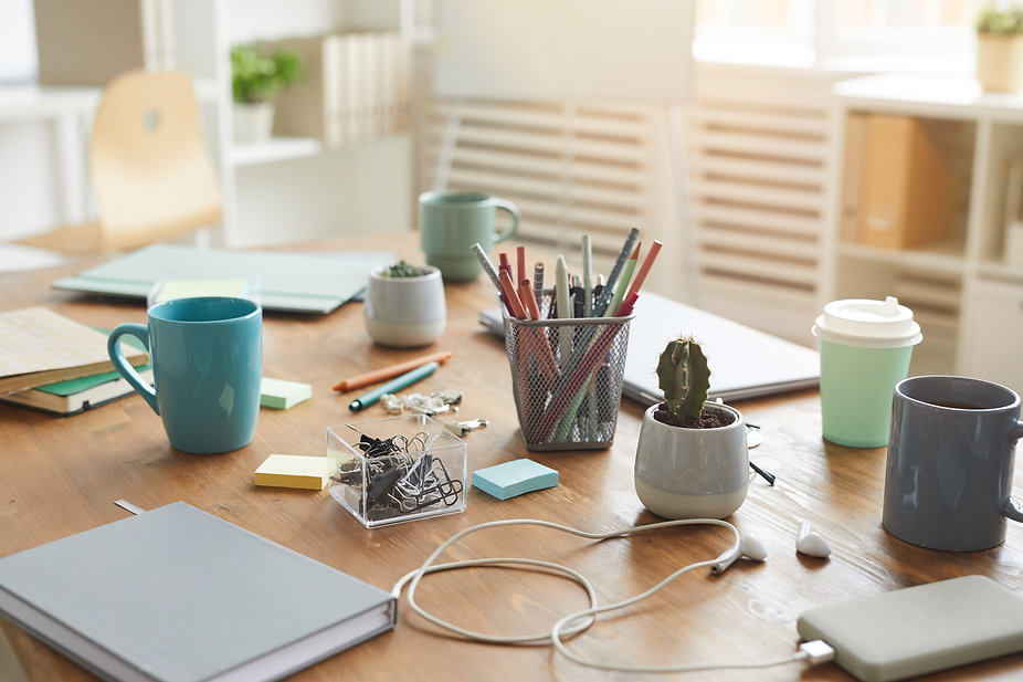 cluttered-workplace-background-X7R337Q.j