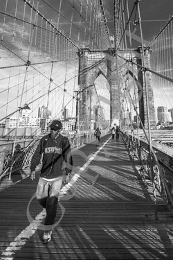 Brooklyn Bridge et promeneur NB IMG_1570