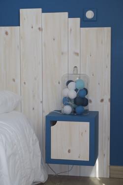Esprit bord de mer bois et bleu chevet intégré dans la tête de lit
