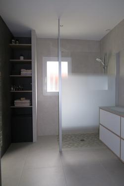 Salle de bain blanche, verre et bois