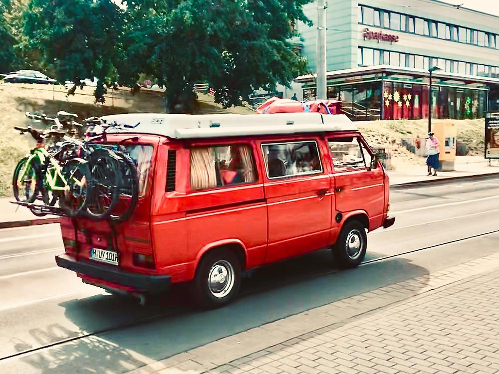 Ein VW-Bus mit Fahrrädern auf dem Weg in die Sommerferien.