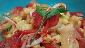Salada de grão de bico, palmito,tomate, cebola, salsinha e Geleia de bacuri com pimenta.