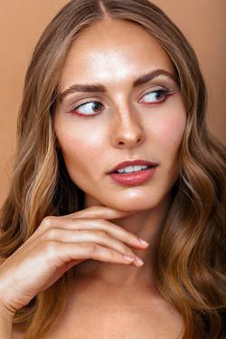 Carolin_Claßen_Portrairt_beauty_eyeliner_orange_jennifer_kluepfel