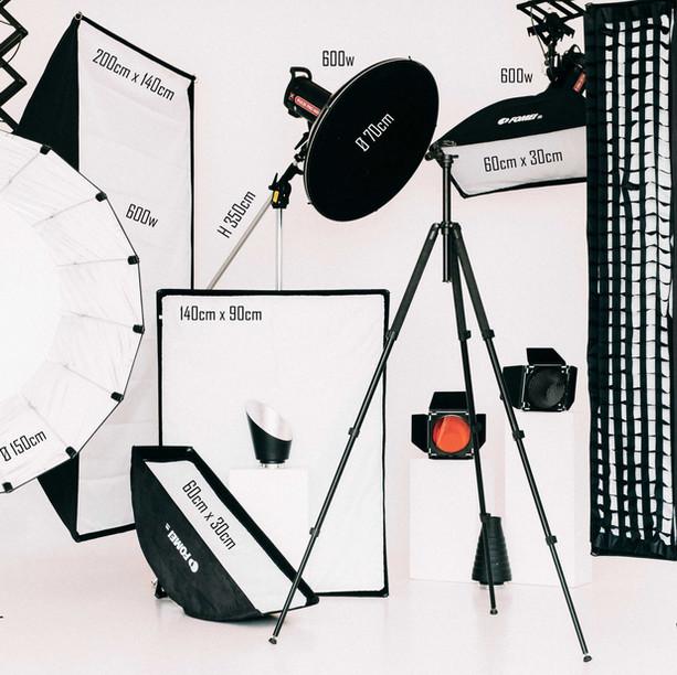 Fotostudijas interjers, baltā cycloramas fotozona un fototehnika