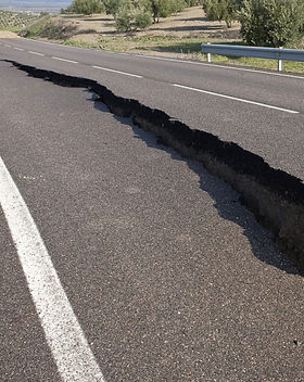 Earthquake_Crack_In_Road.jpg