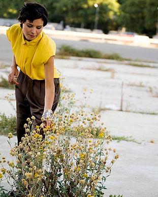Femme avec des fleurs jaunes