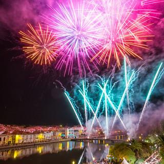 Vuurwerkshow bij het jaarlijkse evenement in Juni