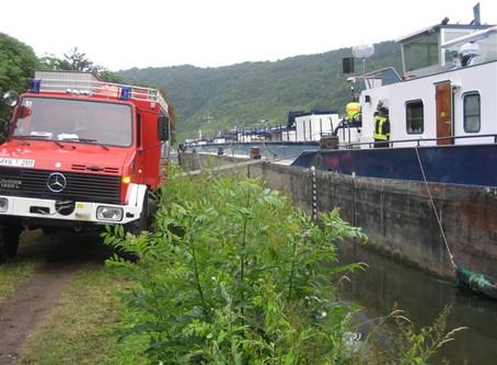 Großeinsatz: Verpuffung auf Tankschiff