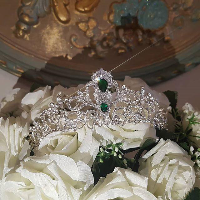 crown DESERVE to QUEEN _#elizabethloren