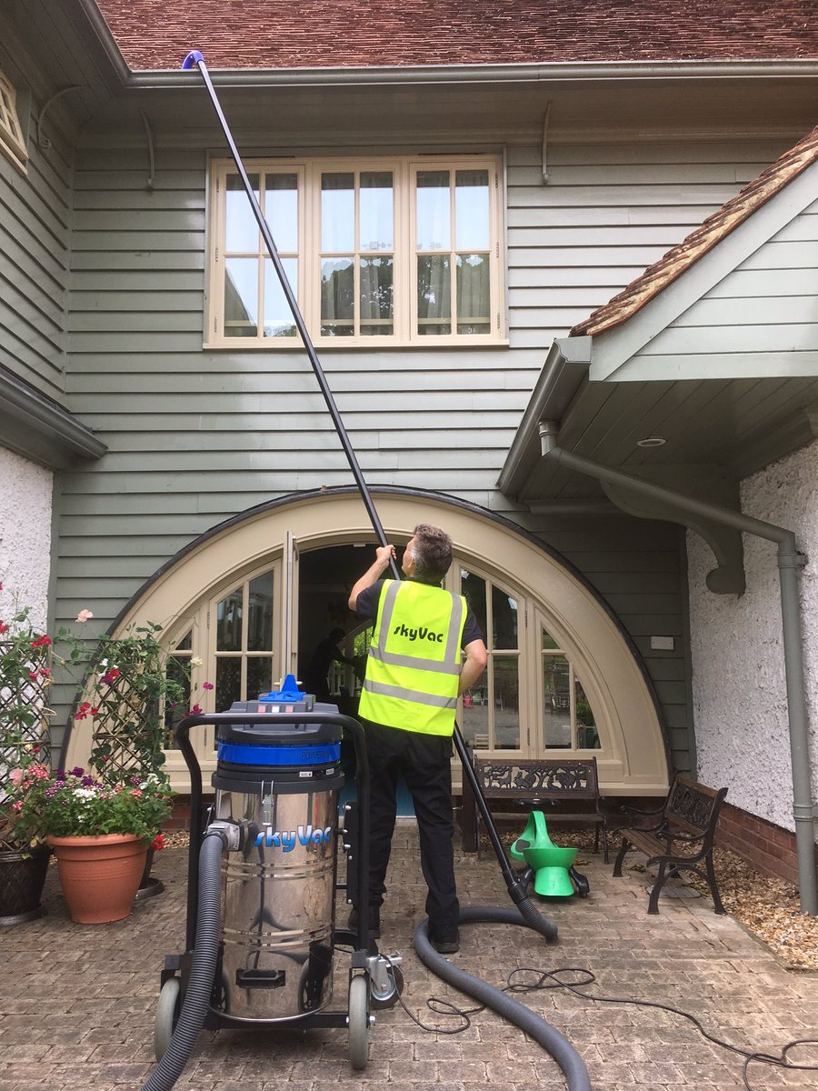 Gutter cleaning in action 2