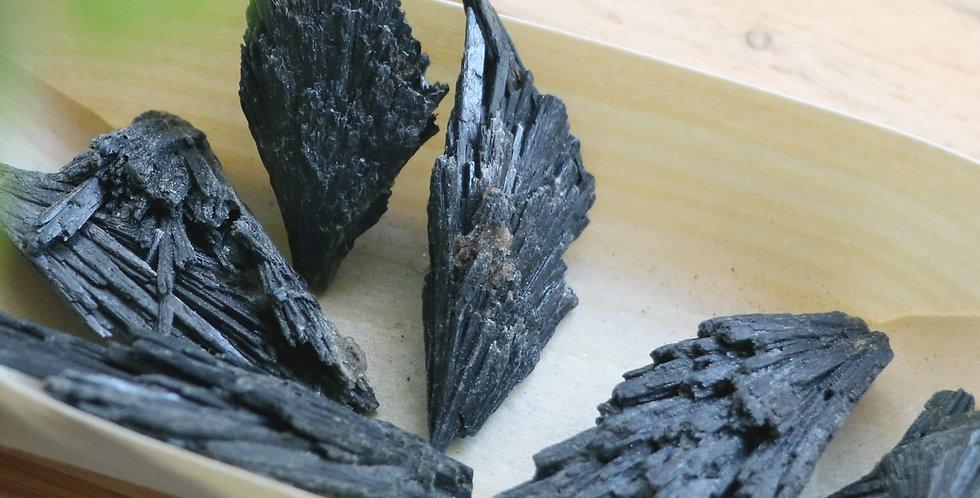 Cianite Preta em Bruto 2 a 4 cm